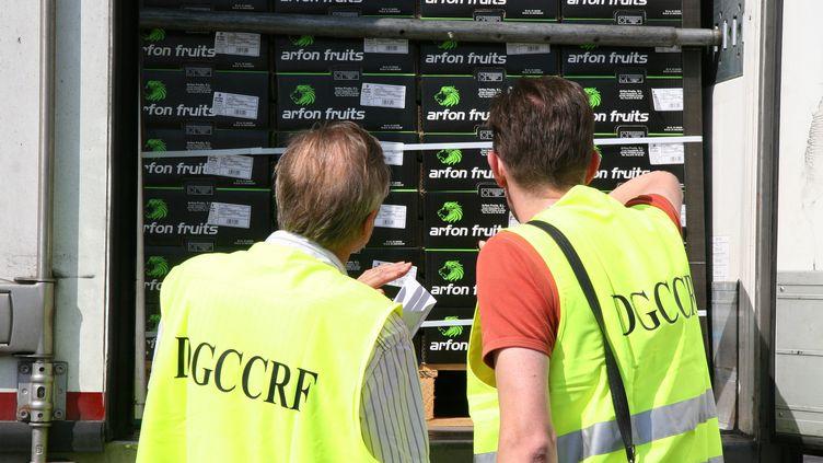 Des inspecteurs de la DGCCRF, le 11 juillet 2011 à Perpignan (Pyrénées-Orientales). (MAXPPP)