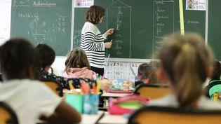 Dans une classe de CP-CE1 de l'école primaire publique de Callac (photo d'illustration). (LIONEL LE SAUX / MAXPPP)
