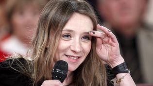 """L'actrice et réalisatrice Sylvie Testud sur le plateau de """"Vivement dimanche"""", le 1er février 2012 sur France 2. (FREDERIC DUGIT / MAXPPP)"""