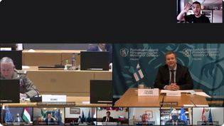 Le journaliste néerlandaisDaniël Verlaan (en haut à droite de la capture écran) est parvenu à s'introduire dans une réunion secrète de l'UE en visioconférence,le 20 novembre 2020. (CAPTURE D'ÉCRAN TWITTER)