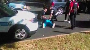 Capture d'écran d'une vidéo filmée par l'épouse de Keith Scott lors de son interpellation puis de sa mort. Les images ont été diffusées le 23 septembre 2016. (REUTERS)