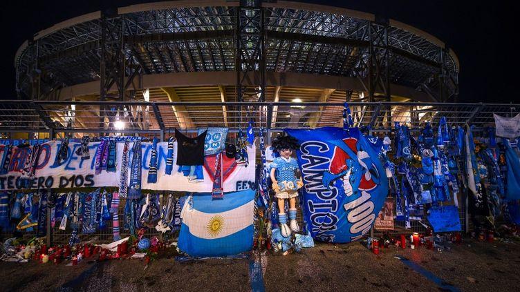 Les hommages à Maradona se sont multipliés devant le stade San Paolo  (FRANCO ROMANO / NURPHOTO)