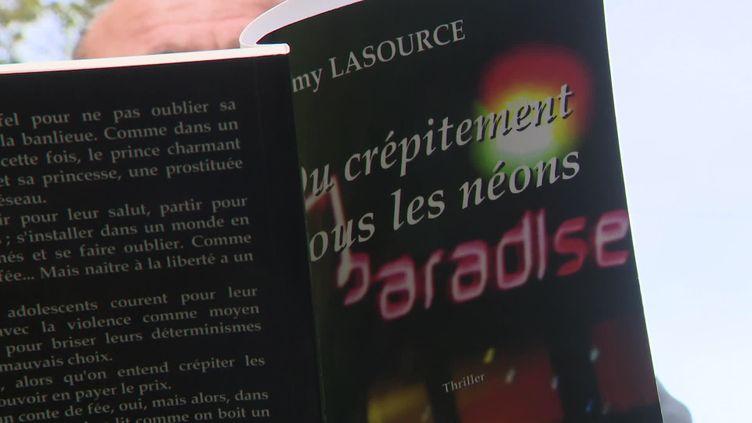 """Rémy Lasource a écrit une quinzaine d'ouvrages dont le polar """"Du crépitement sous les néons"""" qui devrait être adapté au cinéma. (E. Denanot / France Télévisions)"""