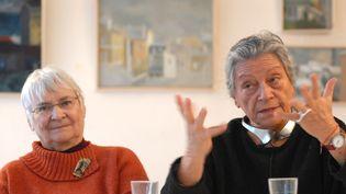 Thérèse Clerc aux côtés d'une membre de l'association Les Babayagas lors d'une conférence de presse en 2007 à Montreuil-sous-Bois (Seine-Saint-Denis). (BERTRAND LANGLOIS / AFP)