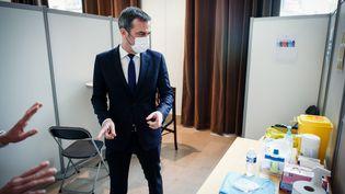 Le ministre de la Santé, Olivier Véran, visite un centre de vaccination à Montrouge (Hauts-de-Seine), le 11 mai 2021. (MAXPPP)