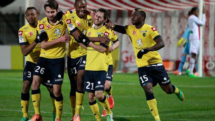Les joueurs de Sochaux se congratulent après un but à la dernière seconde à Ajaccio, le 25 janvier 2014. (PASCAL POCHARD CASABIANCA / AFP)