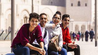 Etudiants marocains devant la mosquée Hassan II, à Casablanca, le 12 avril 2019. (JACQUES PIERRE / HEMIS.FR / HEMIS.FR)