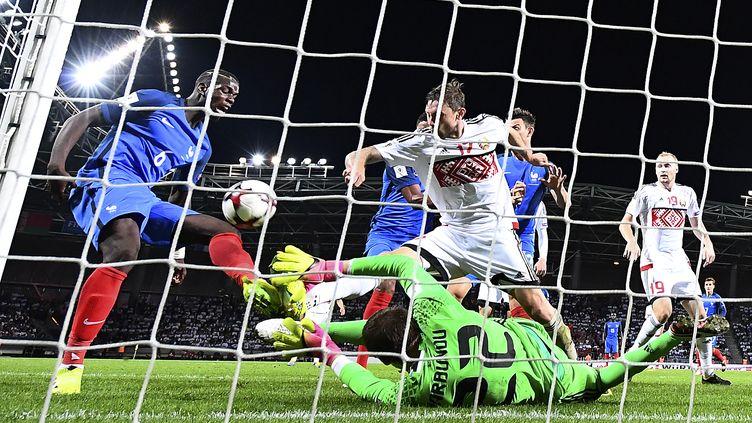 Paul Pogba manque le but face au gardien biélorusse (FRANCK FIFE / AFP)
