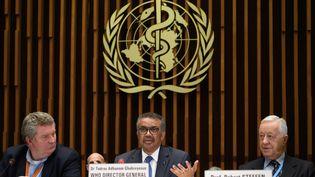 Au centre, le logo de l'Organisation mondiale de la Santé (OMS) dont le siège se trouve à Genève en Suisse (photo du 12 février 2020). (FABRICE COFFRINI / AFP)