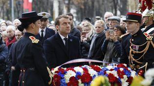 Emmanuel Macron dépose une gerbe de fleurs devant la statue de Georges Clémenceau, à Paris, lors des commémorations du 11 novembre 2017. (FRANCOIS GUILLOT / AFP)