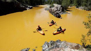 Des gens font du kayak sur la rivière Animas, près de Durango, dans le Colorado (Etats-Unis),le 6 août 2015. (JERRY MCBRIDE / AP / SIPA)