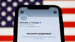 Le compte Twitter personnel de Donald Trump, suspendu par le réseau social, s'affichesur un téléphone, le 9 janvier 2021. (JAKUB PORZYCKI / NURPHOTO / AFP)