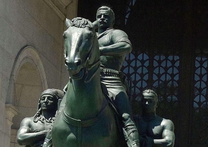 La statue de Theodore Roosevelt, surplombant sur son cheval un Amérindien et un Noir, photographiée le 17 juin 2020 à New York (MEDIAPUNCH / REX / SIPA / SHUTTERSTOCK)