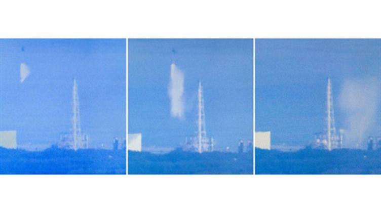 Montage montrant l'arrosage par un hélicoptère du réacteur n°3 de la centrale de Fukushima (17/3/2011) (AFP/NHK)