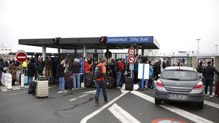 Des voyageurs ont été évacués de l'aéroport d'Orly samedi 18 mars dans la matinée. (BENJAMIN CREMEL / AFP)