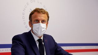 Emmanuel Macron préside un Conseil de défense sanitaire depuis le fort de Brégançon, dans le Var, le 11 août 2021. (ERIC GAILLARD / POOL / AFP)