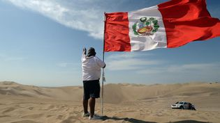 Le drapeau du Pérou flotte sur le Dakar 2013. (FRANCK FIFE / AFP)