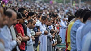 Les musulmans égyptiens à la prière de l'Aïd el-Fitr, marquant la fin du mois de jeûne sacré du ramadan, dans la mosquée historique Amr Ibn al-Aas du Vieux Caire, le 5 juin 2019. (MOHAMED EL-SHAHED / AFP)