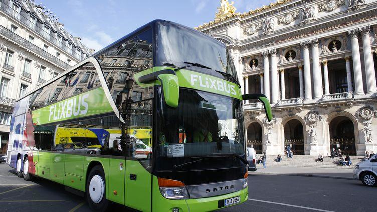 Un car de la société allemande FlixBus, à Paris, en mai 2015. (THOMAS SAMSON / AFP)