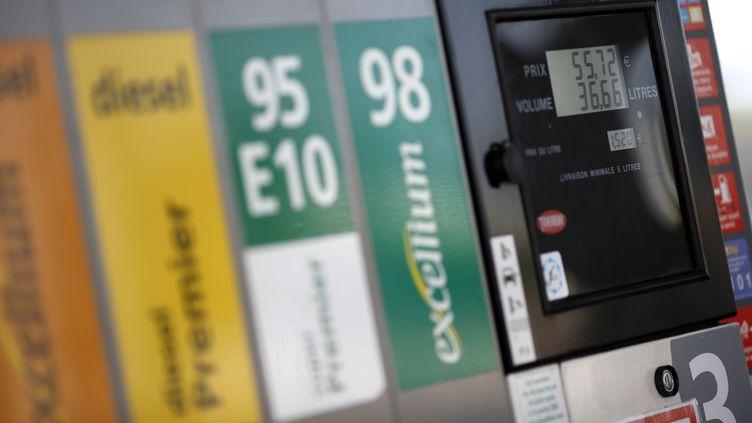 Les stations-services placées sur le bord des autoroutes proposent du carburant à un prix en moyenne 10% plus élevé qu'en ville, selon une étude publiée jeudi 14 juillet 2014. (THOMAS COEX / AFP)