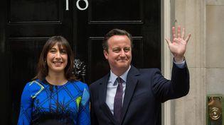 Le Premier ministre britannique David Cameron et son épouse, devant le 10 Downing Street, le 8 mai 2015,au lendemain de la victoire des conservateurs aux législatives. (LEON NEAL / AFP)