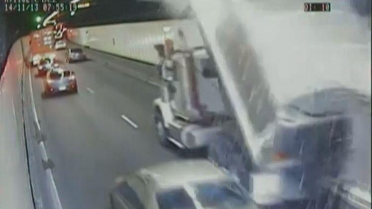 Capture d'écran d'une vidéo montrant un camion frotter le plafond d'un tunnel à Sydney (Australie), le 14 novembre 2013. ( REUTERS / FRANCETV INFO)