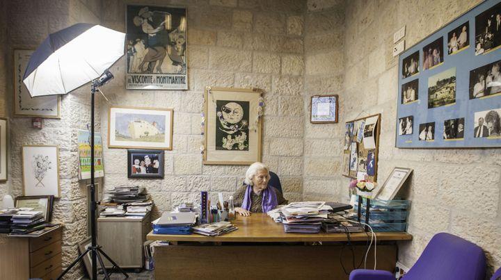Lia Van Leer dans son bureau de la cinémathèque de Jérusalem en décembre 2011  (OMER MESSINGER / NurPhoto)