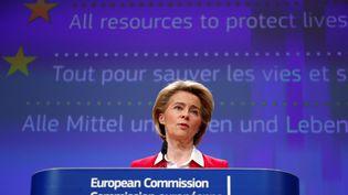 La présidente de la Commission européenne Ursula von der Leyen lors d'une conférence de presse sur les efforts faits pour limiter l'impact économique de l'épidémie de coronavirus, à Bruxelles, le 2 avril 2020. (FRANCOIS LENOIR / POOL / AFP)