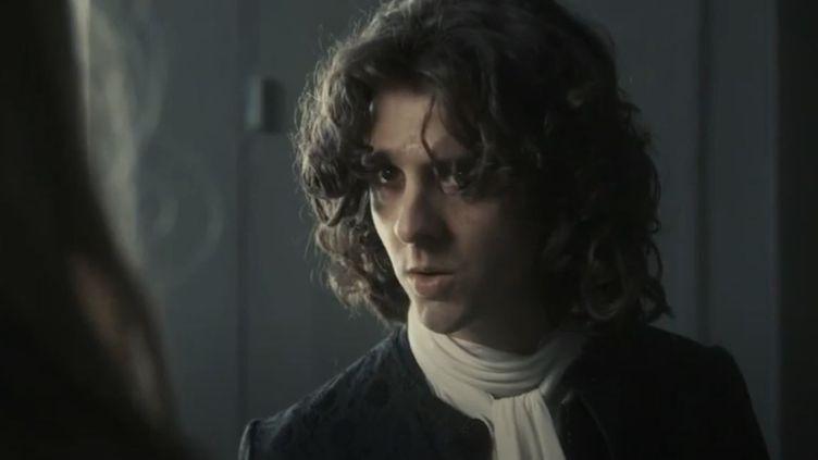 Voltaire est interprété parThomas Solivérès dans la sériediffusée sur France 2. (France Télévisions)