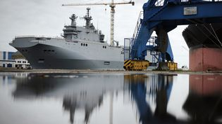 """Le """"Vladivostok"""", un navire de guerre de type Mistral destiné à la marine russe, à Saint-Nazaire (Loire-Atlantique), le 9 mai 2014. (JEAN-SEBASTIEN EVRARD / AFP)"""