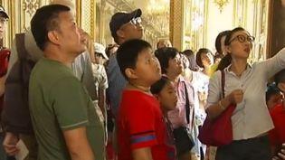 Des touristes chinois à Chantilly. (CAPTURE D'ÉCRAN FRANCE 2)