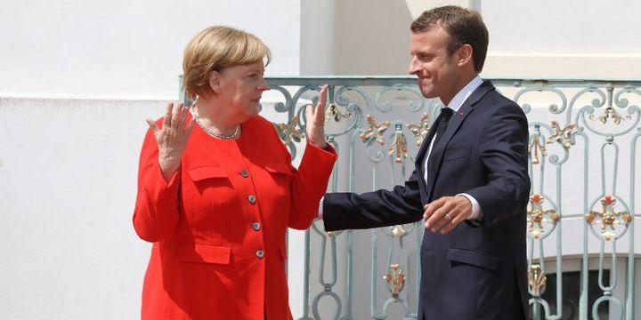 """Réunis près de Berlin 19 juin 2018, avant le Conseil européen des 28 et 29 juin, Emmanuel Macron et Angela Merkel sonr restés relativement flous sur l'idée de """"hot spots"""" en dehors de l'Europe. (LUDOVIC MARIN / AFP)"""