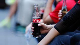 Le patron du géant mondial Coca-Cola a annoncé une pause de 30 jours de toute publicité sur les réseaux sociaux. (GERALD MATZKA / DPA-ZENTRALBILD / AFP)