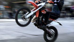 Un motard fait une roue arrière en milieu urbain. Photo d'illustration. (LIONEL VADAM / MAXPPP)