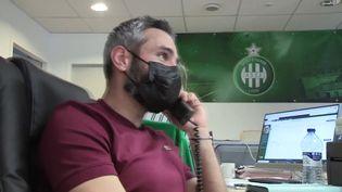 Loïc Perrin, l'ancien capitaine des Verts, appelle des abonnés du club pour prendre de leurs nouvelles. (FRANCEINFO)