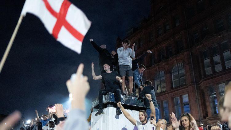 Les supporters anglais dans les rues de Manchester après la victoire de l'Angleterre face au Danemark, en demi-finale de l'Euro 2021. (MI NEWS / NURPHOTO / AFP)