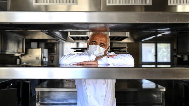Le chef cuisinier Guy Savoy dans les cuisines de son restaurant, dans l'Hotel de la Monnaie à Paris, le 19 mai 2020 (CHRISTOPHE ARCHAMBAULT / AFP)