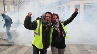 """Deux """"gilets jaunes"""" sur les Champs-Elysées, à Paris. Ils étaient plusieurs milliers tout au long de la journée. (ZAKARIA ABDELKAFI / AFP)"""