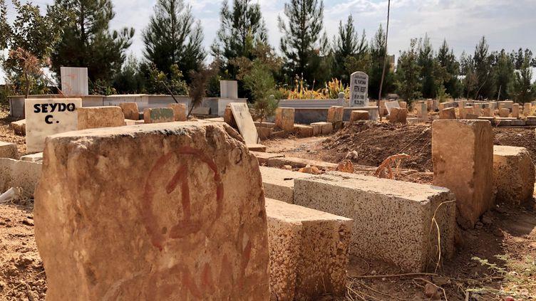 Les stèles sans noms du cimetière delaville kurde de Suruç, où sont enterrés des Kurdes qui ont combattu Daech. Le 16 octobre 2019, en Turquie. (MATTHIEU MONDOLONI / RADIO FRANCE)
