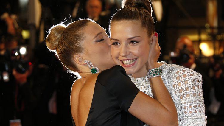 Léa Seydoux embrasse Adèle Exarchopoulos, le 23 mai 2013, à Cannes. (VALERY HACHE / AFP)