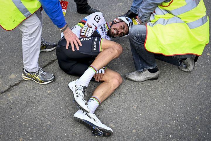 Julian Alaphilippe après sa chute sur le Tour des Flandres, le 18 octobre 2020. (DIRK WAEM / BELGA MAG)