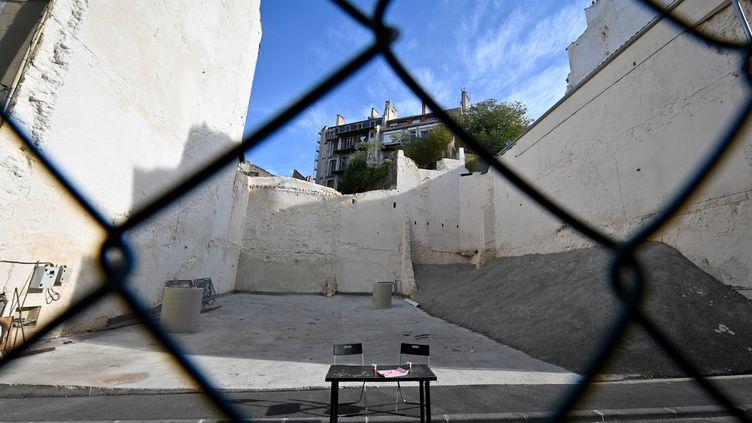 Le trou béant laissé par l'effondrement des immeubles rue d'Aubagne à Marseille, pris en photo le 25 octobre 2019. (GERARD JULIEN / AFP)