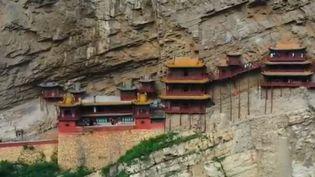 Chef d'oeuvre du patrimoine de la Chine, le monastère de Xuankongsi dans la Province de Datong, suspendu à flanc de montagne, est une merveille de l'empire du Milieu. Un site unique, un miracle d'architecture. France 2 vous le fait découvrir. (France 2)