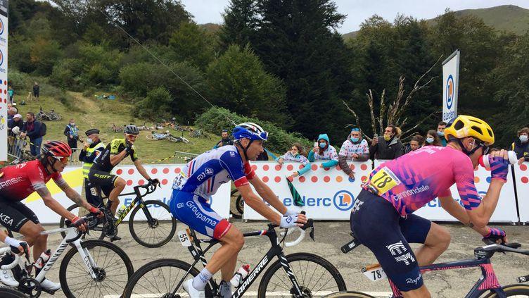 Les coureurs, dont lebéarnais Matthieu Ladagnous (Groupama-FDJ), passent au sommet du col de Marie-Blanque lors de la 9e étape du Tour de France 2020 entre Pau et Laruns (Pyrénées-Atlantiques), dimanche 6 septembre 2020. (DAMIEN GOZIOSO / FRANCE-BLEU BÉARN)