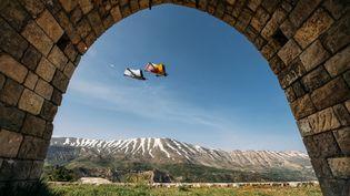 Le Français Vincent Cotte lors d'une descente en wingsuit. (NAIM CHIDIAC / RED BULL CONTENT POOL / AFP)