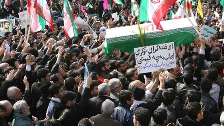 Des Iraniens portent le cercueil d'un étudiant, Sanee Zhaleh, tué lors de la manifestation de lundi à Téhéran (AFP)