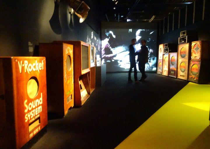 """La salle des sound systems à l'expo """"Jamaica Jamaica !"""".  (Laure Narlian / Culturebox)"""