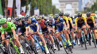 Les coureurs du Tour de France 2017 roulent sur l'avenue des Champs-Elysées à Paris, le 23 juillet 2017. (MUSTAFA YALCIN/ANADOLU AGENCY)