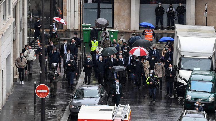 Le Premier ministre Jean Castex, le ministre de l'Intérieur Gérald Darmanin et la maire de Paris Anne Hidalgo arrivent sur les lieux d'une attaque à l'arme blanche, vendredi 25 septembre 2020. (ALAIN JOCARD / AFP)