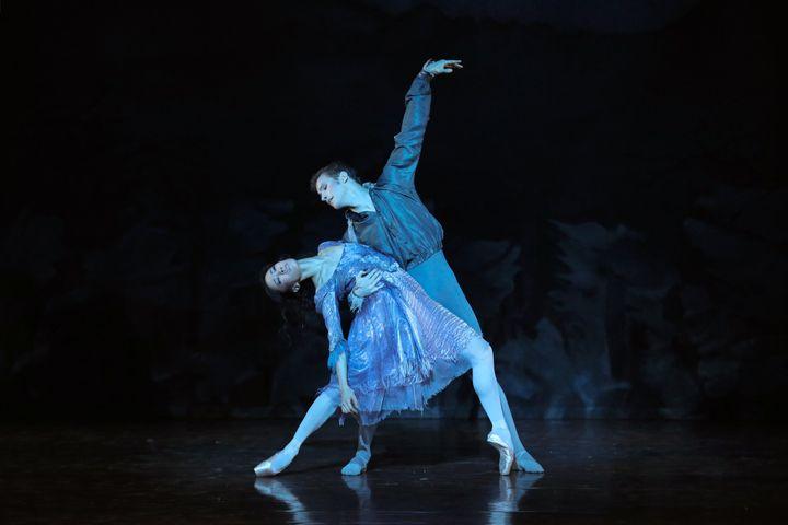 """Sae Eun Park et Fabien Revillion dans """"La Dame aux camélias""""  (Svetlana Loboff / Opéra national de Paris)"""
